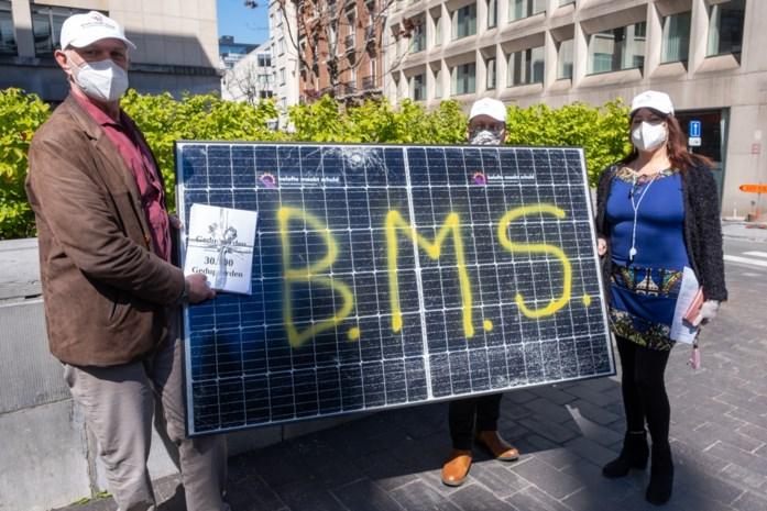 'Bedrogen' Essenaar brengt uit protest zonnepaneel naar Vlaams Parlement