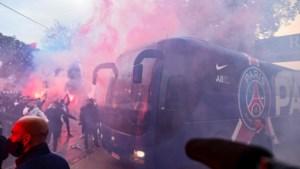 Geen corona in Parijs? Opeengepakte fans van PSG verwelkomen spelersbus met bengaals vuur voor clash tegen Manchester City
