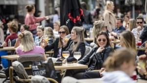 """Belgen laten het zich smaken op de Nederlandse terrassen: """"Ik heb iets te vieren, ik ben gisteren gevaccineerd"""""""