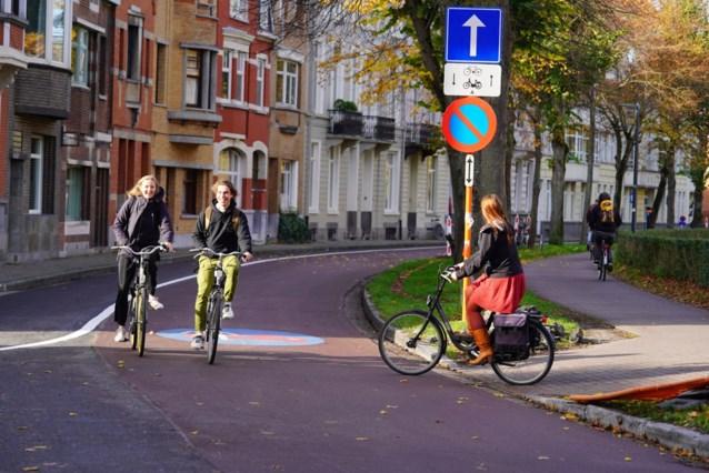 Tien automobilisten op de bon omdat ze fietser inhalen in fietsstraat in Gent