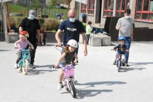 Kinderen leren op twee wielen fietsen