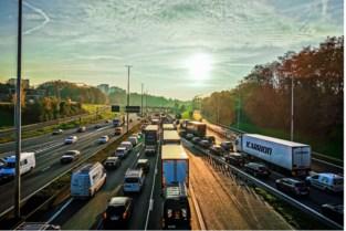 Minder op- en afritten, parallelle wegen of een combinatie: voor einde dit jaar valt beslissing over herinrichting Ring rond Brussel
