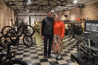 """Fietsenhandel verhuist van garage naar zes keer grotere kunstgalerie: """"Compleet overdonderd door de sfeer en locatie"""""""