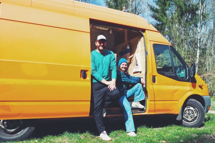 Wout (33) en Julie (29) reizen met vertraging Europa rond in omgebouwde stadsbus
