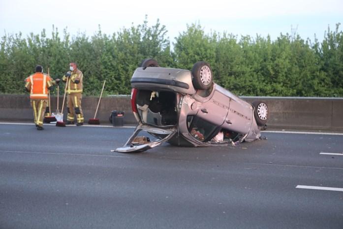 Wagen overkop op E17, bestuurder gewond