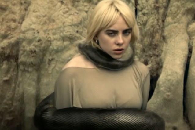 Billie Eilish worstelt met slang in nieuwe videoclip