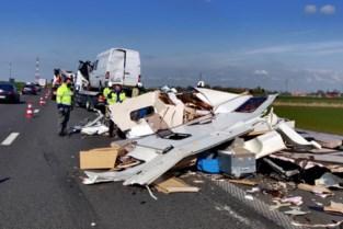 Caravan op pechstrook volledig vernield na aanrijding door vrachtwagen