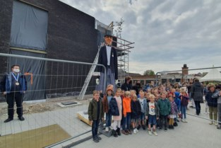 Reus Romeo opent nieuw schoolgebouw van Harten Troef
