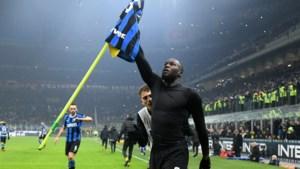 """""""Campione, campione!"""" Uitbundige Romelu Lukaku viert titel van Inter in de straten van Milaan"""