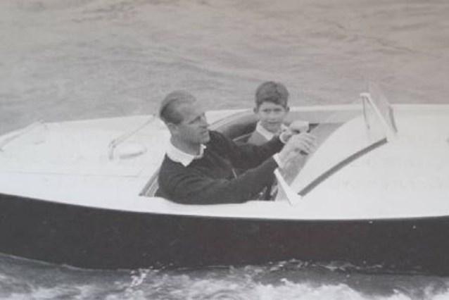 Prins Charles deelt nostalgische foto met zijn vader als dank voor rouwbetuigingen
