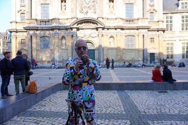 Muzikant met kleinste saxofoon ter wereld start stille tour in Antwerpen