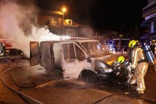 Bestelwagen brandt volledig uit