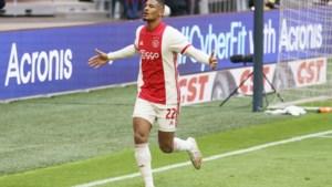 Ajax voor de 35ste keer kampioen van Nederland: fans vergeten corona en gaan helemaal uit de bol aan stadion