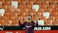 Lionel Messi ondanks penaltymisser de grote man bij Barcelona, dat na winst in Valencia toch nog meedoet in titelstrijd
