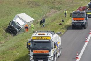 Vrachtwagen komt in berm terecht na aanrijding met personenwagen