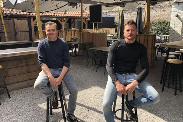 """Pint drinken om 8 uur 's ochtends? Gilles en Sander openen café letterlijk vanaf eerste minuut: """"We verwachten enkele diehards"""""""
