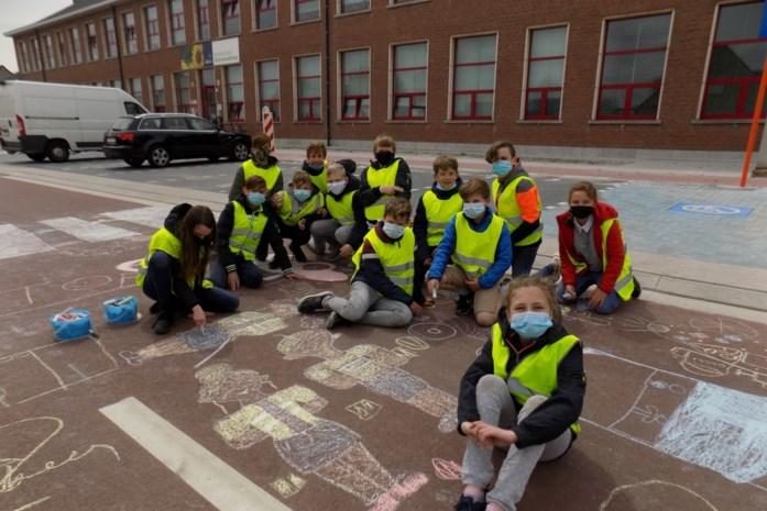 Scholen vieren vernieuwde Schransdriesstraat met kleurrijke krijttekeningen