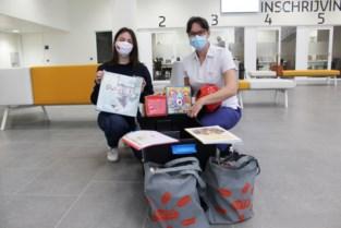 Joetz schenkt speelkoffer aan kinderafdeling AZ Delta