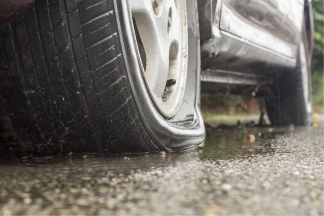 Vandalen zetten banden plat van geparkeerde wagen