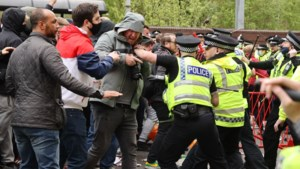 """Politie start onderzoek naar """"roekeloos en gevaarlijk"""" supportersprotest in Manchester: agent """"met fles"""" aangevallen"""