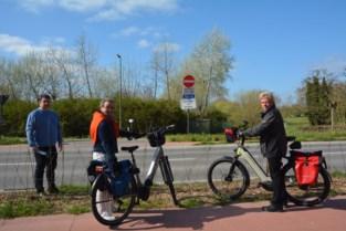 """Nieuw aangeplante haag maakt fietsoversteek dicht: """"Was dit de bedoeling?"""""""