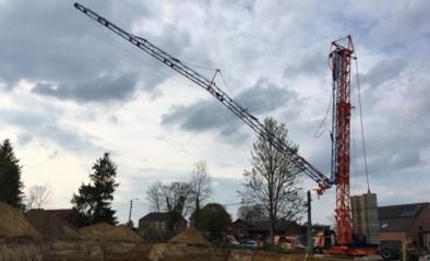 Snelmontagekraan van 30 meter hoog plooit tijdens opbouw in Lummen