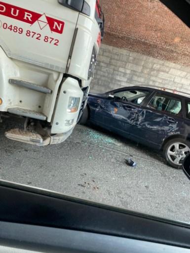 Vrachtwagen knalt aan Dampoort in flank van personenwagen