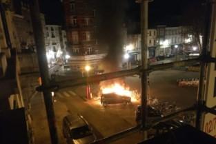 Wagen, bromfietsen en fietsen gaan in de vlammen op