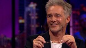 """Christoff toont in 'De Cooke & Verhulst show' nieuw gezicht na wenkbrauwlift: """"Doet ongelooflijk veel pijn"""""""