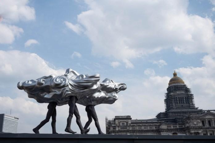 Zilveren wolk van Luk van Soom siert Brusselse skyline