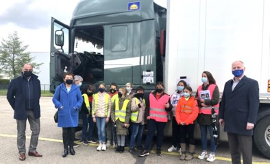 Vlaams minister Lydia Peeters leert over de dodehoekspiegel bij Gobo Transport & Logistics