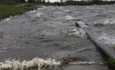 Storm zorgt voor schuimende golven op het Schulensmeer