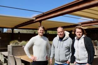 Nét op tijd klaar voor opening terrassen: nieuwe pergola behoedt klanten van bekend visrestaurant voor regen en felle zon