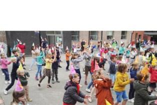 Basisschool KBO Mater verrast leerkrachten met dansje
