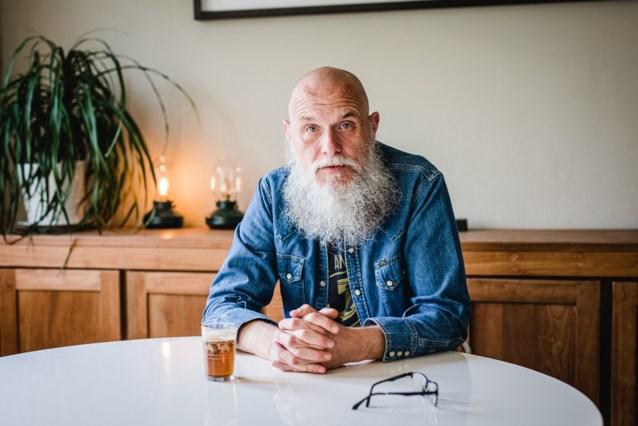 """Axl Peleman (50) drinkt niet, maar is blij als zijn 'stamcafé' weer open is: """"Als ik eens door de bocht wil gaan, durf ik zelfs een Red Bull nemen"""""""