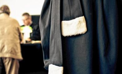 Volle blikken tegen het raam, kloppen van hamer: koppel voor rechter na verkeersagressie