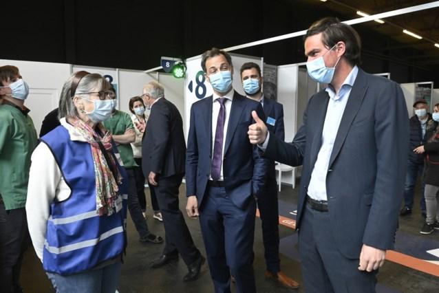 """Alexander De Croo bezoekt vaccinatiecentrum: """"een op drie volwassenen kreeg eerste prik, België staat op nummer vijf in EU"""""""