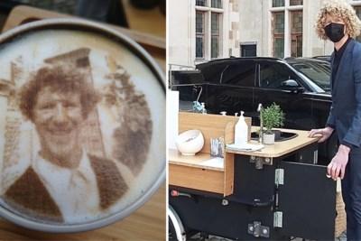 """Mobiele barista schenkt na uitvaarten koffie met doodsprentje in het schuim: """"De sfeer verandert als er koffie is"""""""