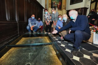 "Na restauratie moet graf van onbekende ridder in Sint-Annakerk trekpleister worden: ""Wie weet vocht hij nog mee in de Guldensporenslag"""