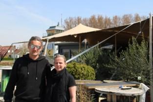 """Ann (39) en Stephane (46)hebben plaats genoeg voor een zeer groot terras: """"Toch wel wat schrik voor stormloop, we willen niemand weigeren"""""""