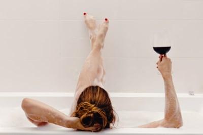 Een tak in je douche en een speciale handschoen: alles wat je nodig hebt voor een spa in je eigen badkamer