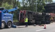 Schroot op wegdek door omgekantelde vrachtwagen: bestuurder gewond afgevoerd