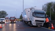 Vrachtwagenchauffeur crasht op E17 na klapband