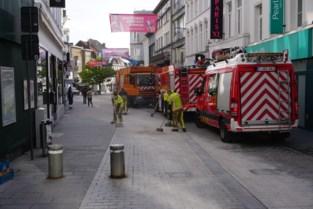 Brandweer uren in de weer in winkelstraat door kapotte olieleiding van vuilniskar