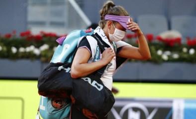 """Na stunt tegen Simona Halep moet Elise Mertens geblesseerd opgeven in Madrid: """"Ik sloeg en ze bewoog niet meer"""""""