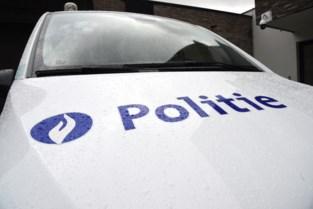 Opstandige vrouw spuwt in het gezicht van twee agenten