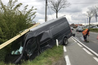 Veel verkeershinder na botsing tussen twee bestelwagens, een eindigt in gracht
