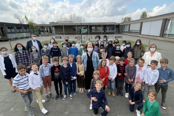 Leerlingen en ouders verrassen Marijke, 'hét gezicht van 't secretariaat'