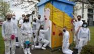 Jonge schilders fleuren nutsvoorzieningskasten op
