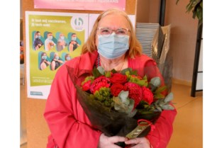 """Jeanne (84) krijgt de 10.000ste prik in VC Bolwerk: """"Nu kan ik voor het eerst mijn achterkleinkind zien"""""""